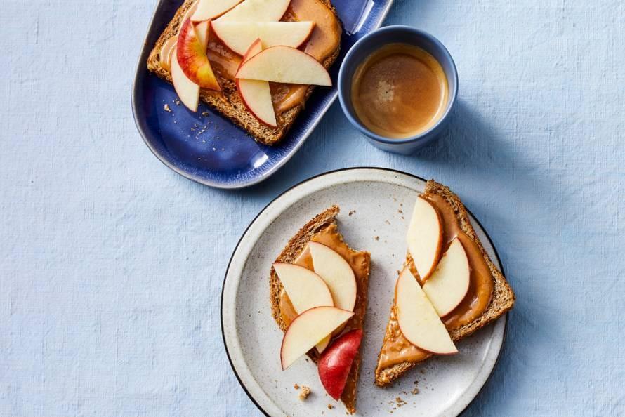 Volkorenbrood met 100% pindakaas en appel