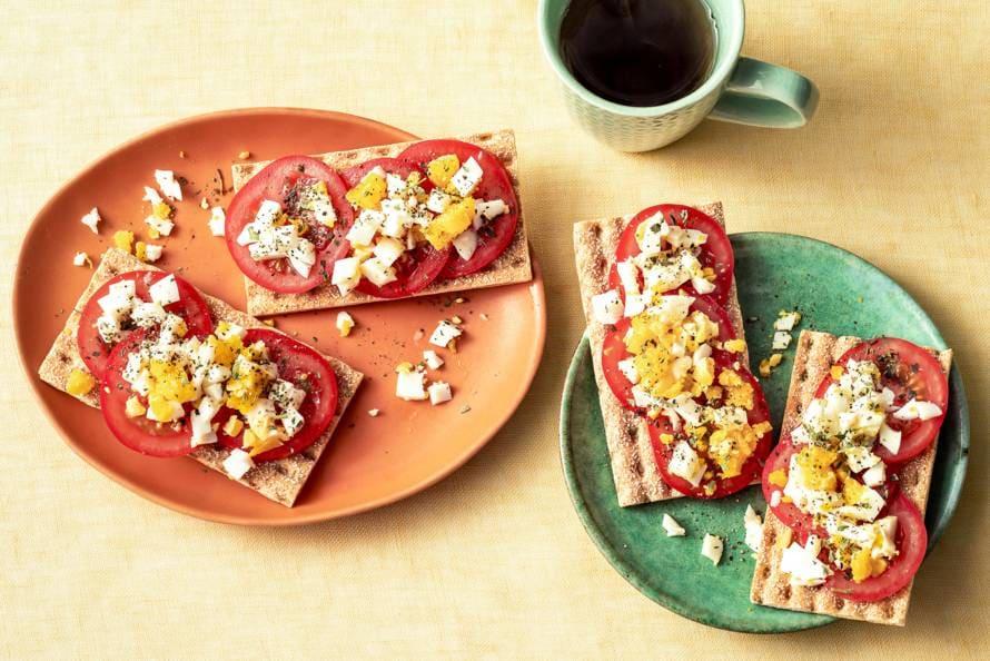 Volkorenknäckebröd met tomaat en eikruim