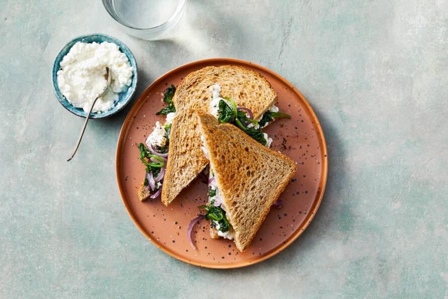 Volkorensandwich met rode ui, spinazie en cottage cheese